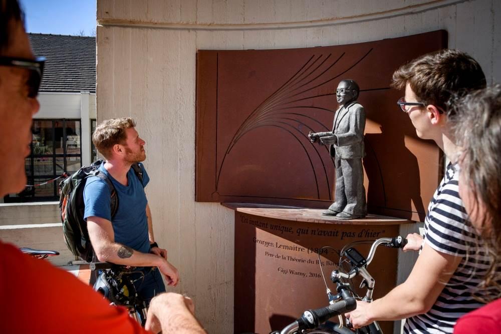 Fietsers aan het standbeeld van Georges Lemaitre